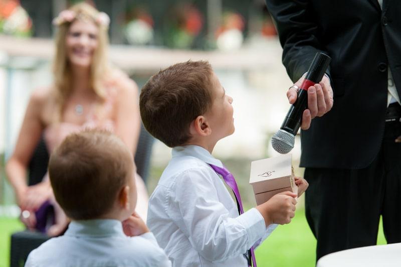 enfants apportant les alliances lors d'une cérémonie laïque