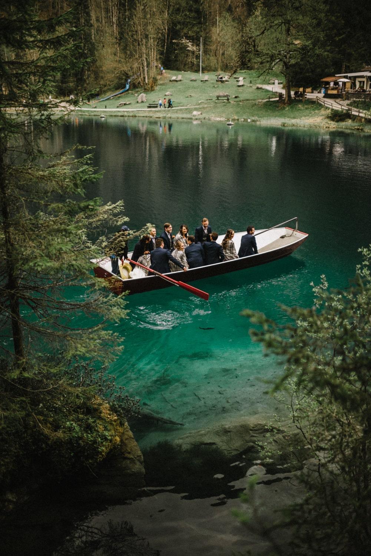 Les mariés et leurs témoins sur le lac de Blausee