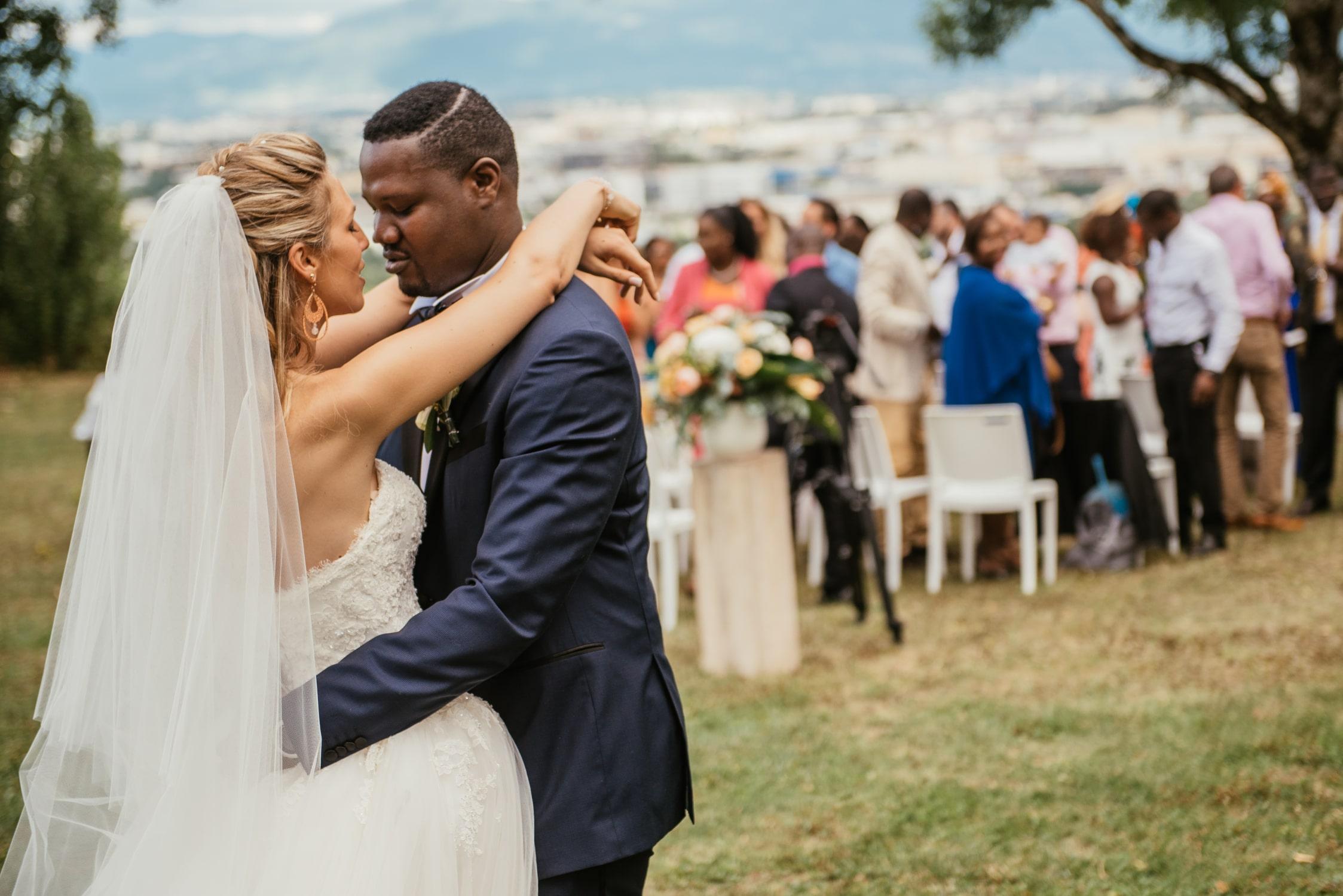Les mariés s'enlacent à la fin de leur cérémonie