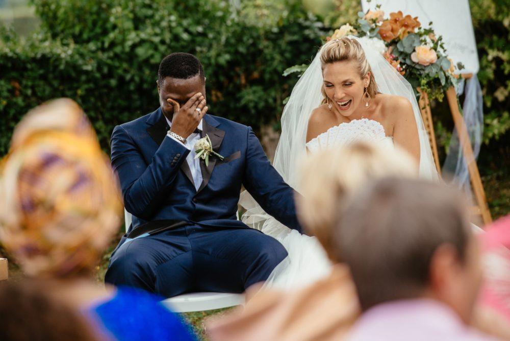 Les mariés éclatent de rire durant leur cérémonie