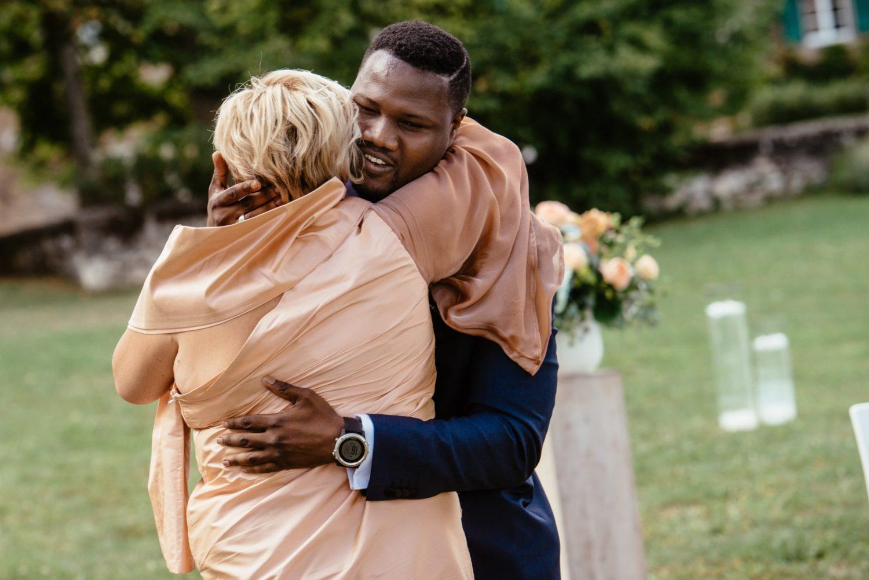 Le marié serre sa maman dans ses bras