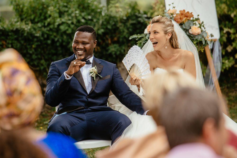 Les mariés rient durant leur cérémonie de mariage