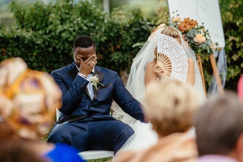 Les mariés rient durant leur cérémonie laïque