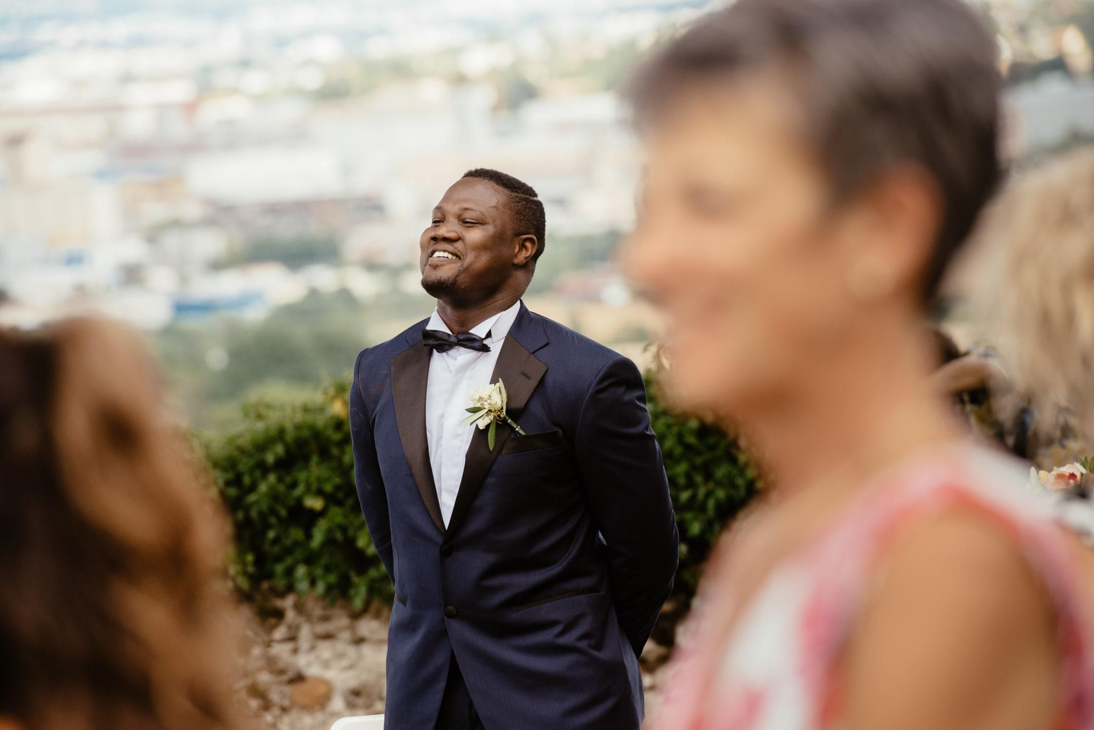 Le marié attend l'entrée de son épouse