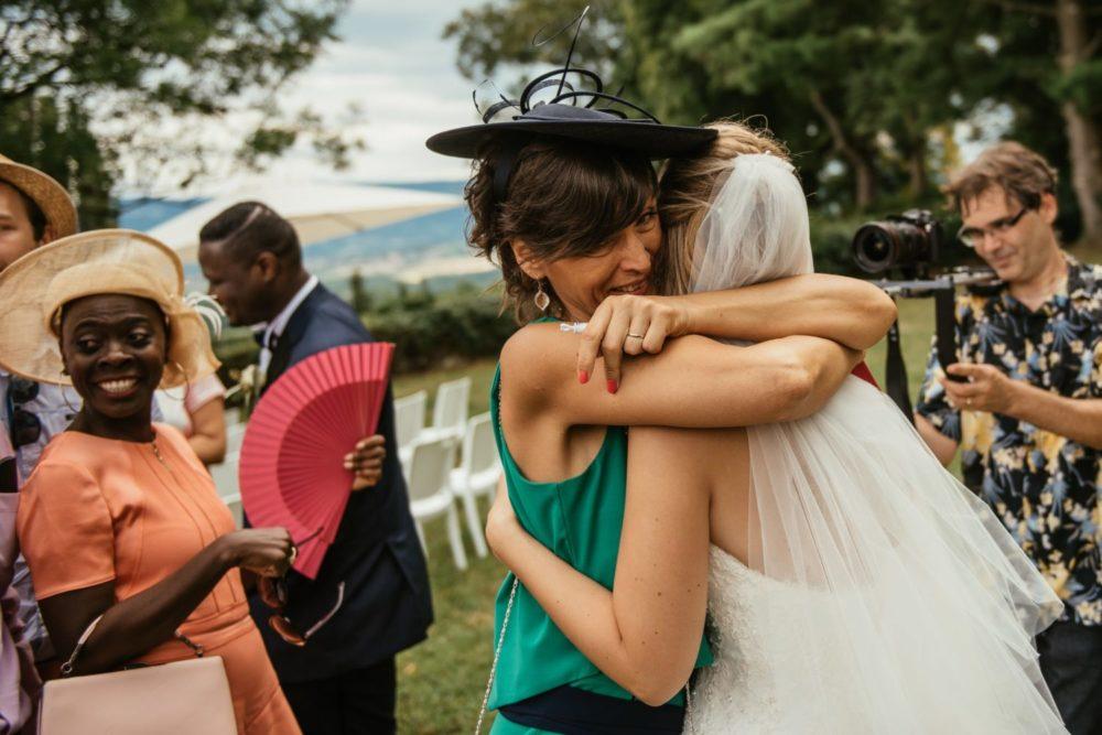 La maman de la mariée félicite sa fille