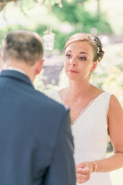 Mariée émue durant la lecture des voeux