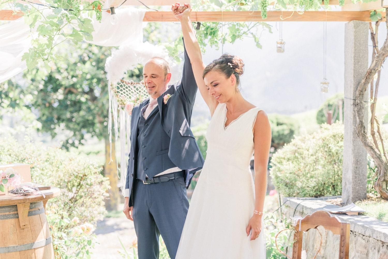 Les mariés heureux et triomphants