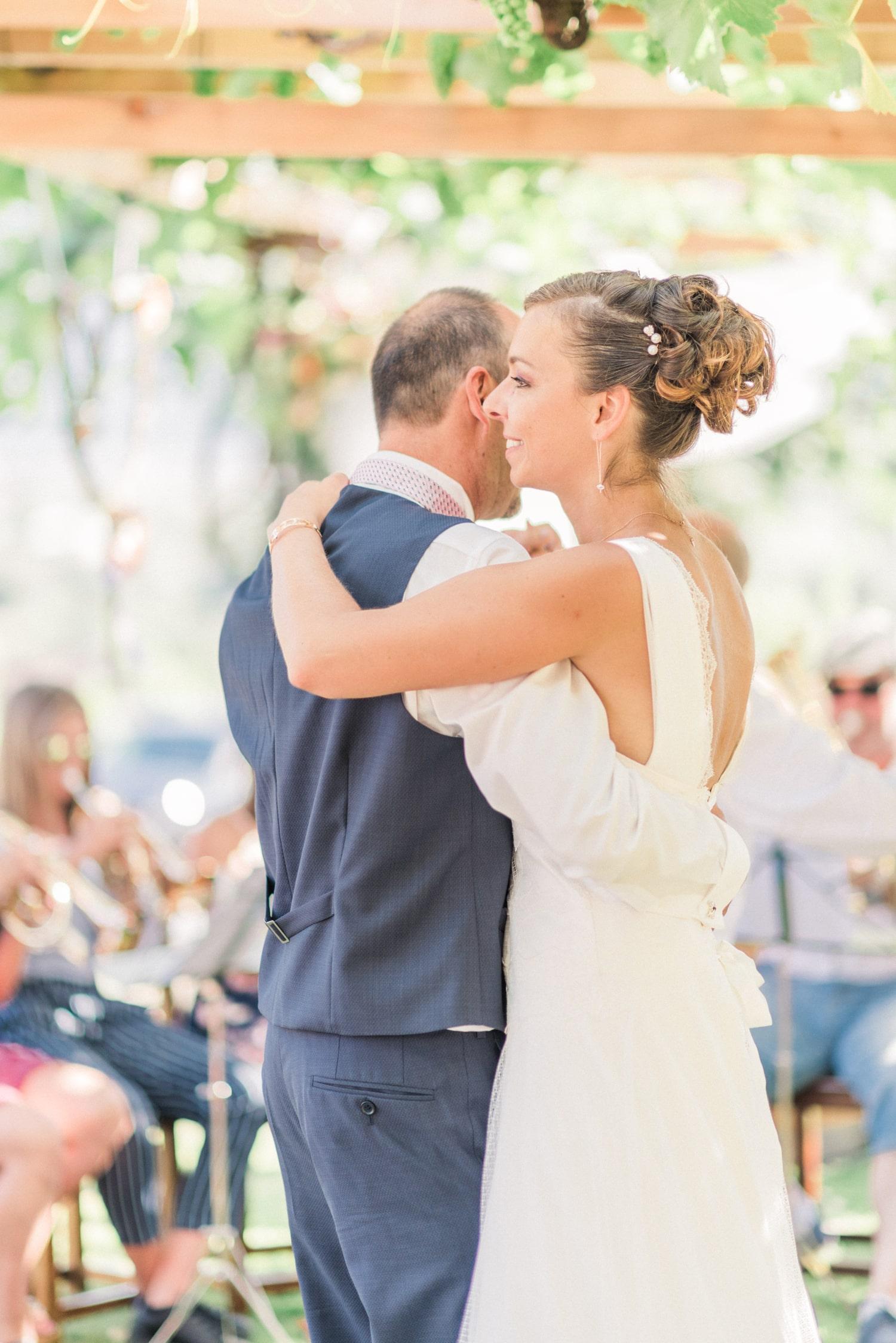 Les mariés dansent après leur cérémonie laïque