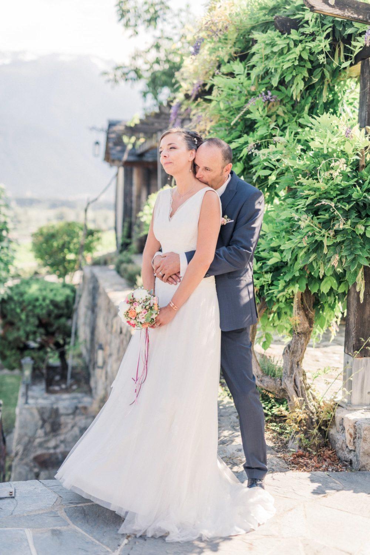 Les mariés se serrent dans les bras dans un magnifique paysage du Valais