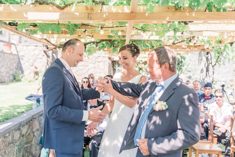 Entrée de la mariée avec son papa, rejoignant son époux