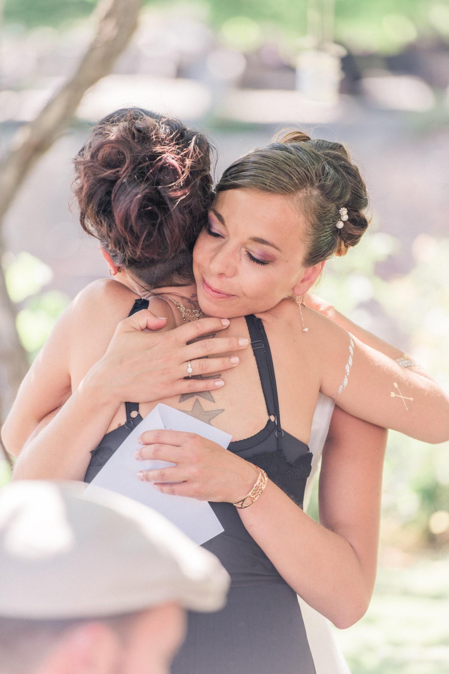 La mariée remercie sa témoin en la serrant dans ses bras