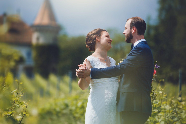couple se tenant la main dans un vignoble avant leur mariage