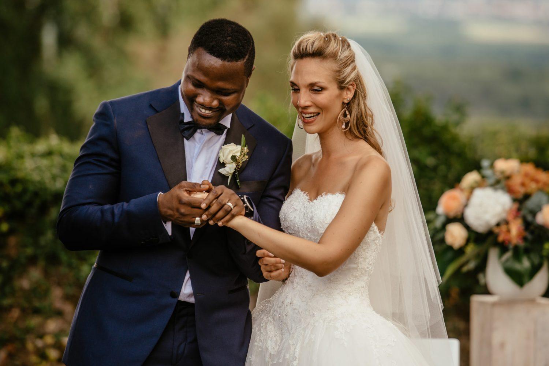 Echange d'alliances lors d'une cérémonie de mariage à Genève