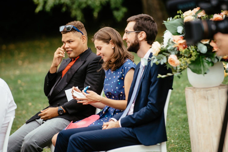 Invités émus lors d'une cérémonie symbolique à Genève
