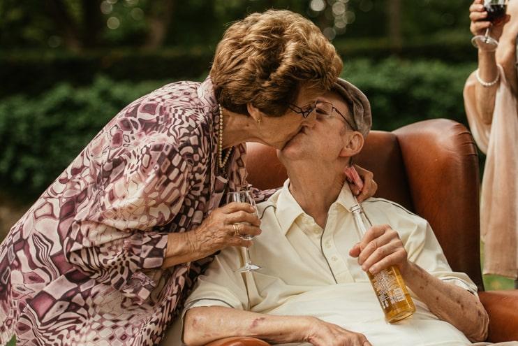 Invités qui s'embrassent lors d'un mariage à Genève