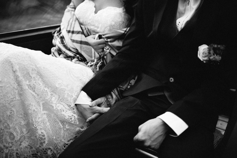 Couple amoureux se tenant la main