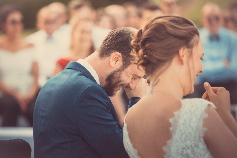 couple qui rit durant sa cérémonie de mariage
