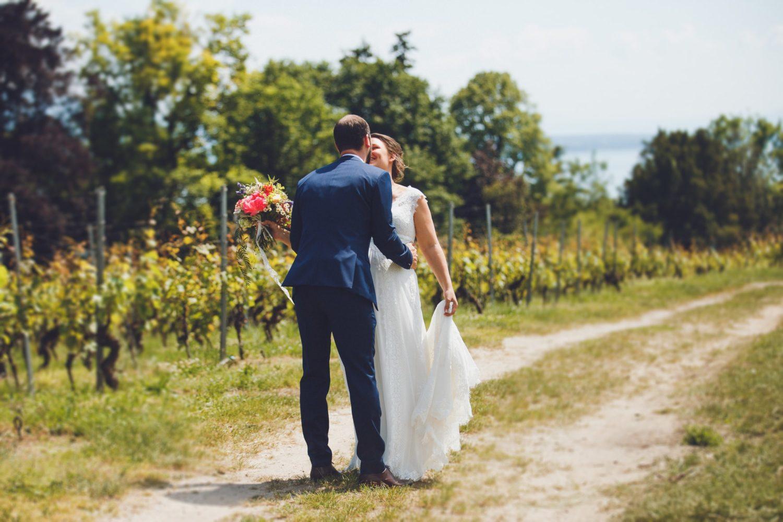 couple heureux s'enlaçant dans les vignes