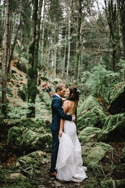Couple célébrant un elopement en Suisse