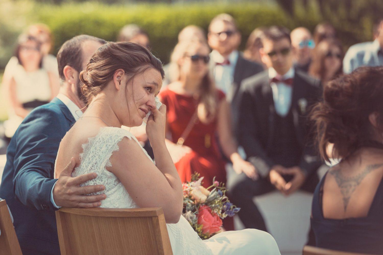 Les mariés émus durant leur cérémonie laïque