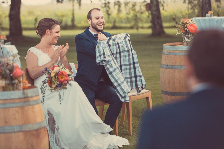 Les mariés heureux durant leur cérémonie
