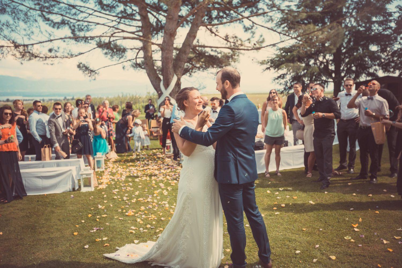 couple heureux après sa cérémonie laïque dans un vignoble suisse