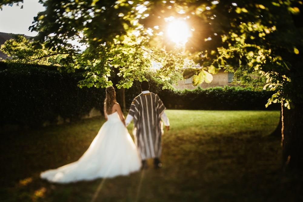 Les mariés posent au coucher du soleil à Genève