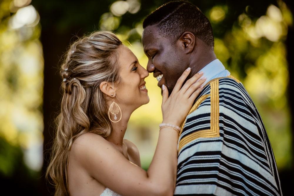 Les mariés s'enlacent et se sourient après leur cérémonie