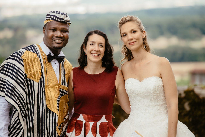 Les mariés et leur officiante de cérémonie laïque, Marylin Rebelo