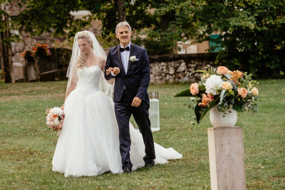 Entrée de la mariée avec son papa durant la cérémonie