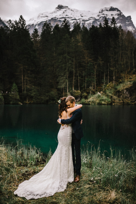 Couple s'enlaçant après leur cérémonie symbolique à Blausee