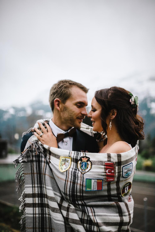Couple enroulé dans une couverture