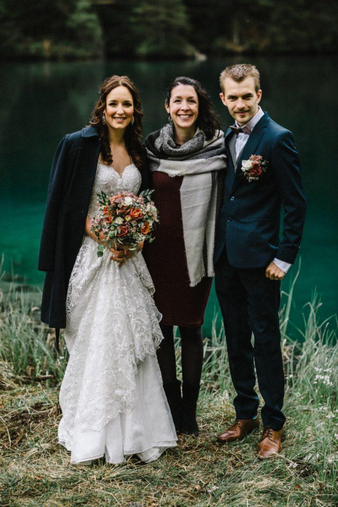 Les mariés posent avec Marylin Rebelo après leur mariage en toute intimité à Blausee