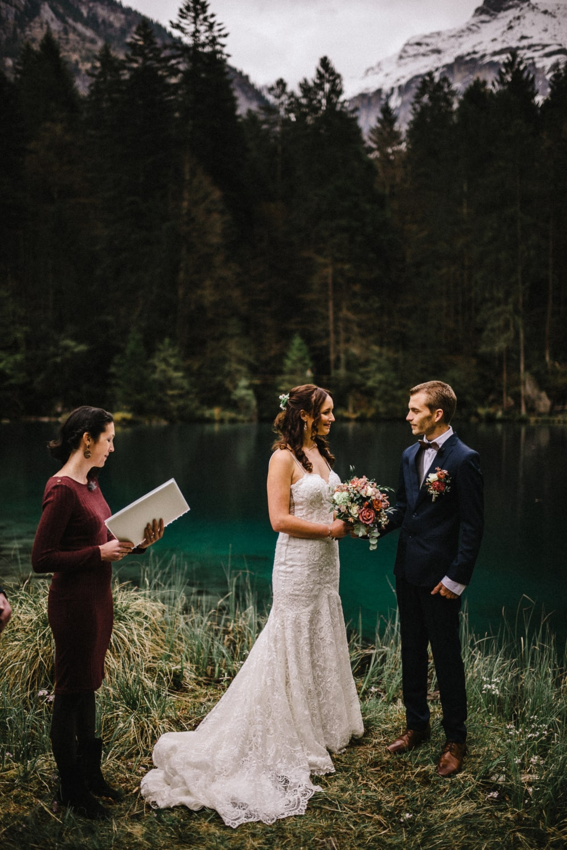 Mariage en toute intimité, les mariés se regardent durant la cérémonie d'union