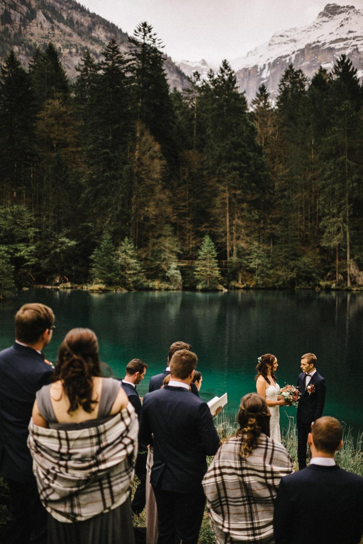 Un mariage en Suisse au milieu des montagnes