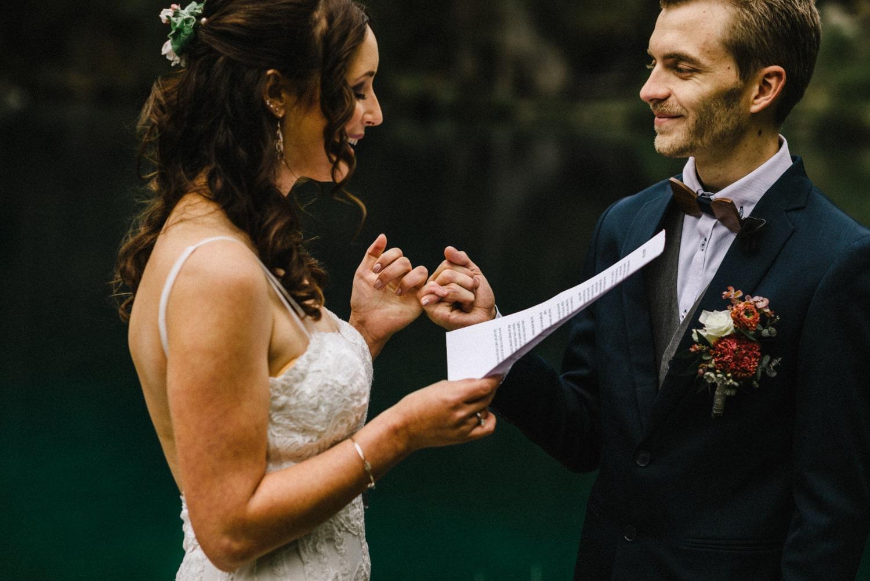 Les mariés échangent leurs voeux de mariage