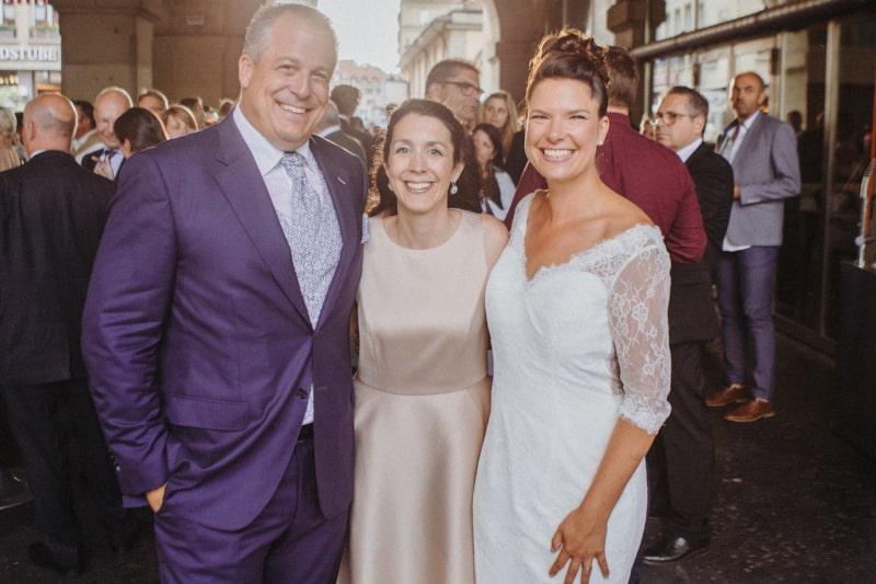Couple de mariés heureux après leur cérémonie de mariage