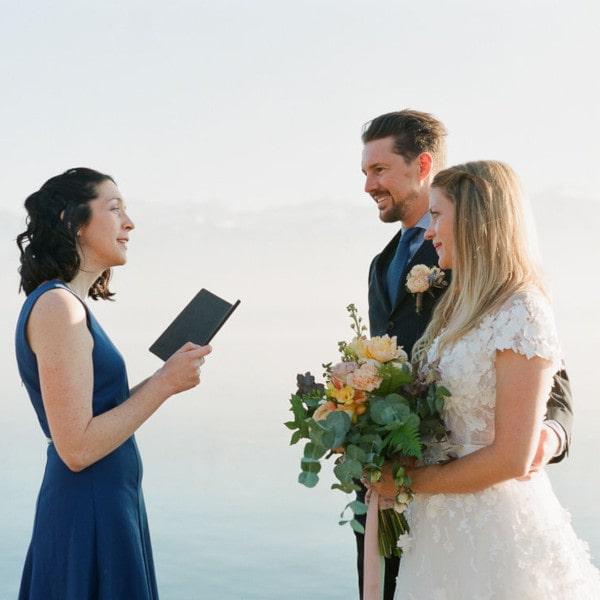 Couple de mariés lors de leur cérémonie laïque