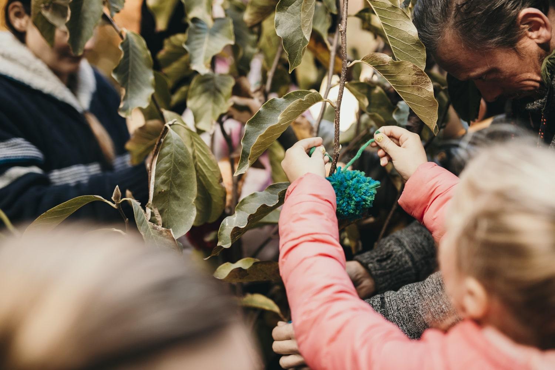 Les invités attachent un pompon au magnolia