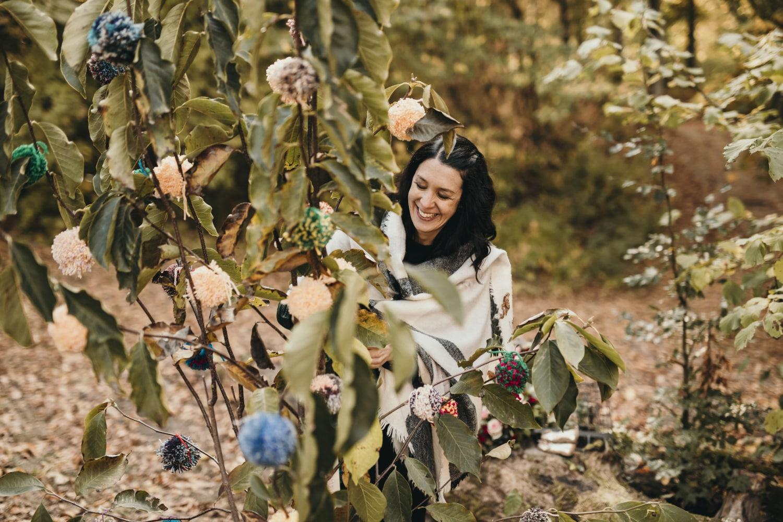 Accrocher des pompons au magnolia durant un baptême laïque