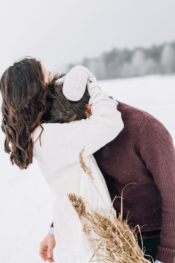 couple amoureux dans la neige