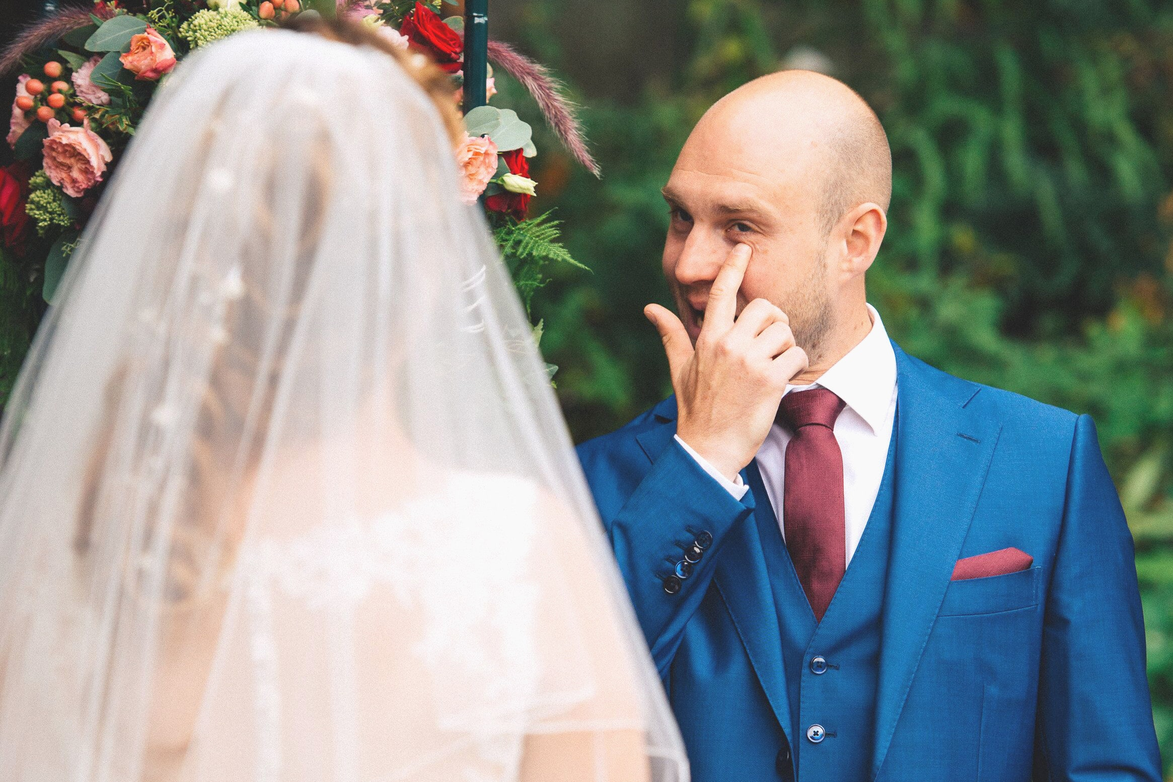 Homme qui pleure lors de son mariage